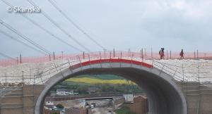 Pedestrians cross Southdown Ridge bridge (large version)